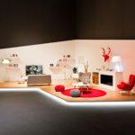 Zimmer, moderne Möbel, helle Farben, Fernseher, Raum, rot, weiß, grau