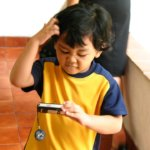 Junge, Mobiltelefon, Hand, Haare, T-Shirt,