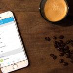 Rademacher App, Kaffee, Tisch, Kaffeebohnen, Smartphone, weiß