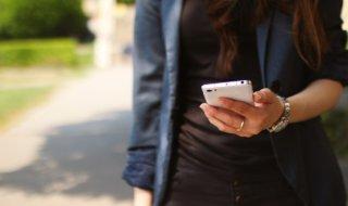 App, Frau, Smartphone, Rollladen steuern, unterwegs,