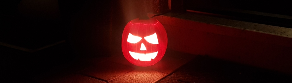 Halloween Kürbis leuchtet hell