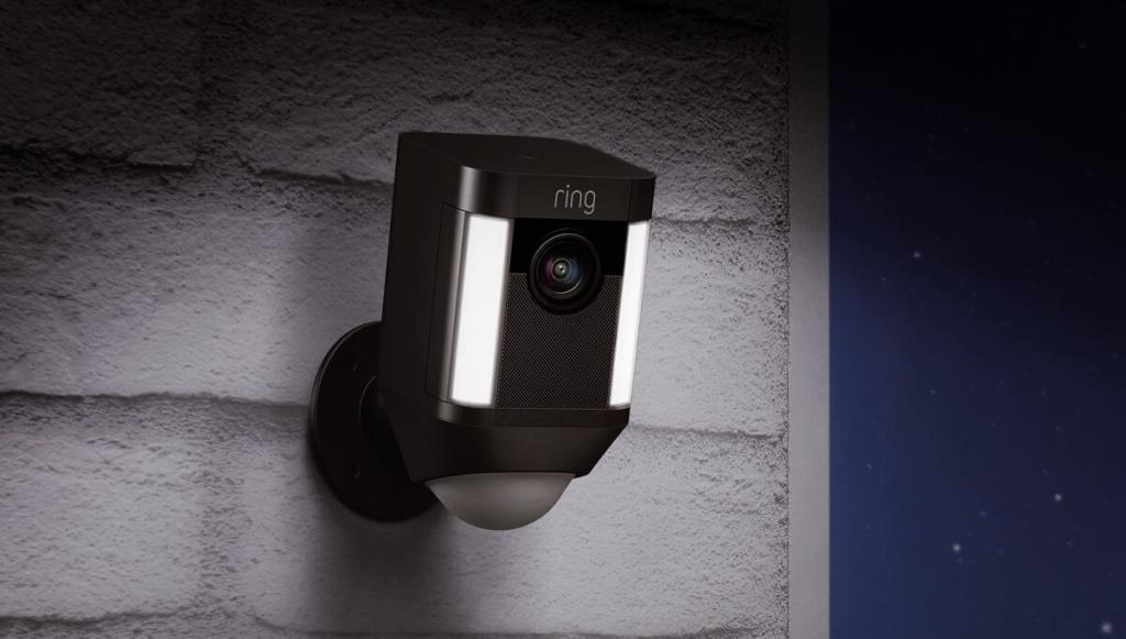 ring Spotlight Cam schwarz Hauswand Beleuchtung Nacht